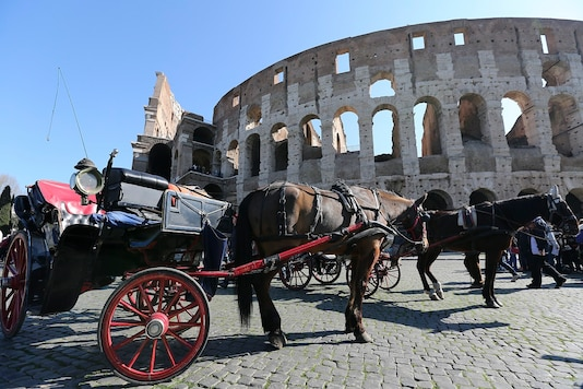 A horse-drawn carriage is seen in front of Rome's ancient Colosseum downtown Rome, Italy. (File photo: REUTERS/Stefano Rellandini)