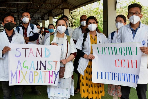 File photo of a protest by the Junior doctors' Association  demanding the withdrawal of CCIM notification (Image: PTI)