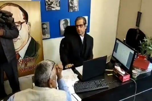 Screengrab of the video where advocate Mehmood Pracha can be seen talking to Delhi police personnel