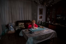 Cut off From Rest of the World, Pandemic Magnifies Solitude For the Elderly at Christmas