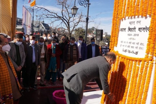 Himachal Pradesh Chief Minister Jai Ram Thakur on Friday unveiled an 18-feet statue of late former Prime Minister Atal Bihari Vajpayee on the occasion of his 96th birth anniversary. (Image: Twitter)