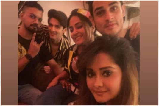 Hina Khan has a Rocking New Year with BF Rocky Jaiswal, Friends Priyank Sharma and Rohan Mehra