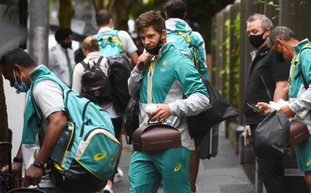 Australia's captain Tim Paine (C) leaves the team's hotel in Melbourne on January 4, 2021, as the Australian and Indian cricket teams relocate to Sydney for the third cricket Test on January 7. (Photo by William WEST / AFP) / -- IMAGE RESTRICTED TO EDITORIAL USE - STRICTLY NO COMMERCIAL USE --