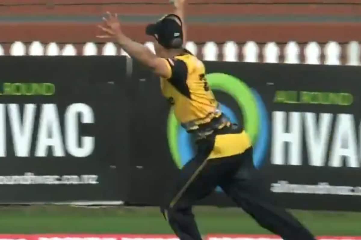 Super Smash 2021: Netherlands Cricketer Takes a Stunning Catch; WATCH