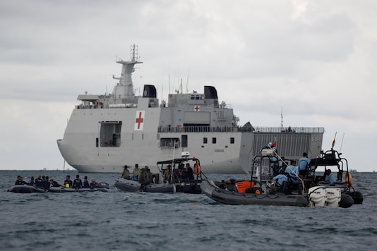 Indonesian navy divers and other rescue members stand on rubber boats next to KRI Semarang, during the search and rescue operation for the Sriwijaya Air flight SJ 182, at the sea off the Jakarta coast, Indonesia, January 12, 2021. (Image: Reuters)