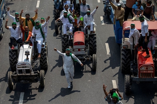 Farmers on tractors shout slogans as they arrive to block the Delhi-Uttar Pradesh border during a protest against farm bills passed by India's parliament, in Noida, India, September 25, 2020. REUTERS/Danish Siddiqui