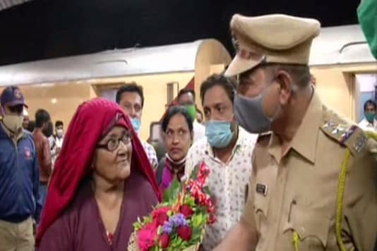 Hasina Begum had just got to her home in Aurangabad after spending 18 years in Pakistani jail. (Credit: ANI)