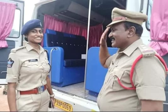 The Andhra cop and her father. (Credit: Twitter/ @APPOLICE100)