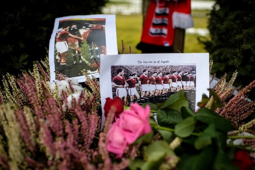 Manchester United players being remember who died in the plane crash (Photo Credit: AP)