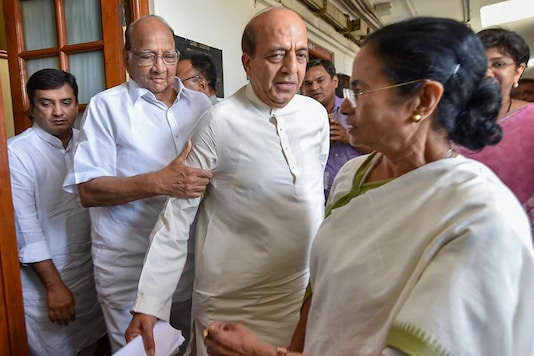 New Delhi: In this March 27, 2018 file photo, former railways minister and TMC leader Dinesh Trivedi (C) with WB  CM Mamata Banerjee and NCP chief Sharad Pawar in New Delhi. (PTI  Photo)