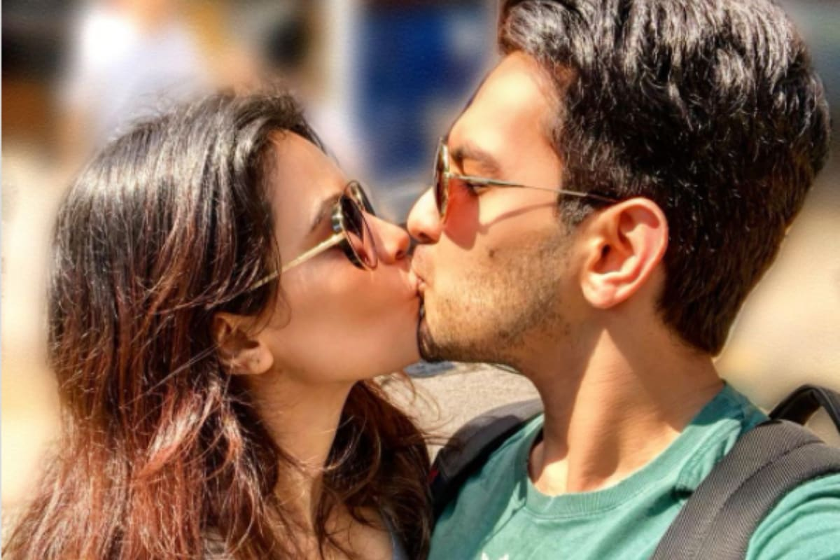 Aditya Narayan Kisses Wife Shweta Agarwal in Romantic Post, Pic Goes Viral - News18
