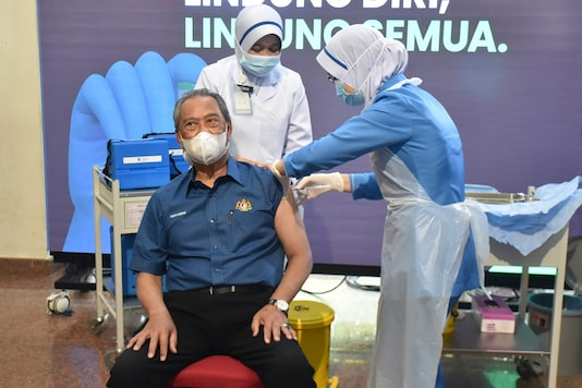 Malaysia Begins Covid 19 Vaccinations Pm Muhyiddin Yassin Receives 1st Shot