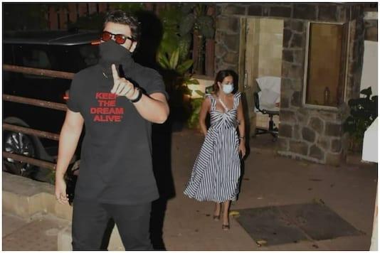 Arjun Kapoor and Malaika Arora outside Kareena Kapoor Khan's building.