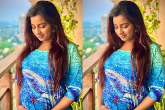 Shreya Ghoshal Announces Pregnancy, Flaunts Baby Bump