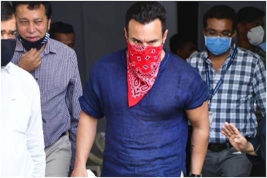 Saif Ali Khan Spotted at Covid-19 Vaccine Center in Mumbai, Receives First  Dose