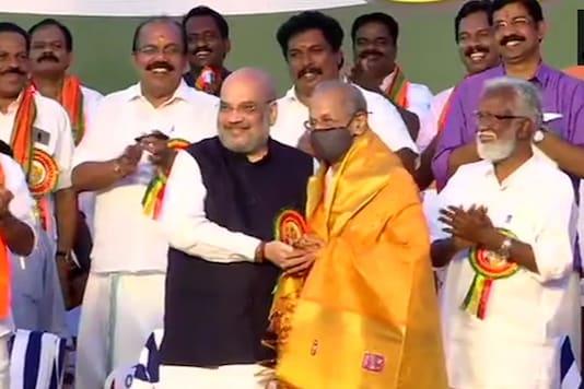Amit Shah felicitates E Sreedharan at the BJP's Kerala Vijay Yatra at Shanghumukham in Thiruvananthapuram.