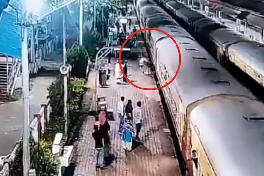 Video grab of man being stuck in Goa station.  (Credit:Twitter/ Ministry of Railways))