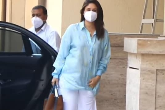 New Mother Kareena Kapoor Khan Opts for an Oversized Shirt to Visit BFF Amrita Arora