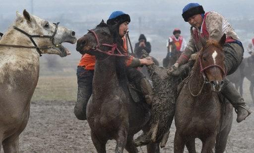 Kyrgyz riders playing Kok-Boru(AFP)
