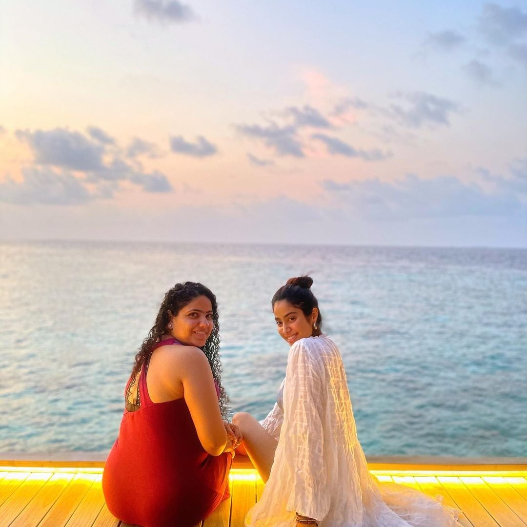 Janhvi Kapoor poses for a picture with her friend. (Image: Instagram)