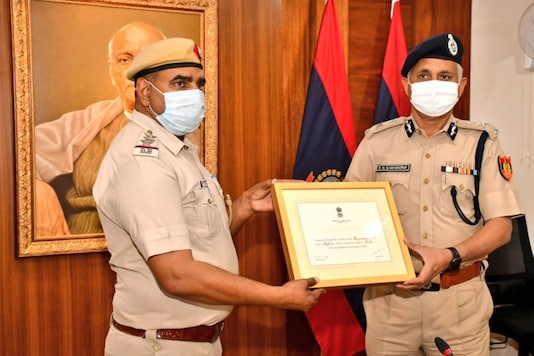Begumpur PS SHO Jai Bhagwan receives Delhi's Best Police Station honour awarded by MHA after survey, from Delhi Police Commissioner SN Shrivastava. (Image: Twitter)