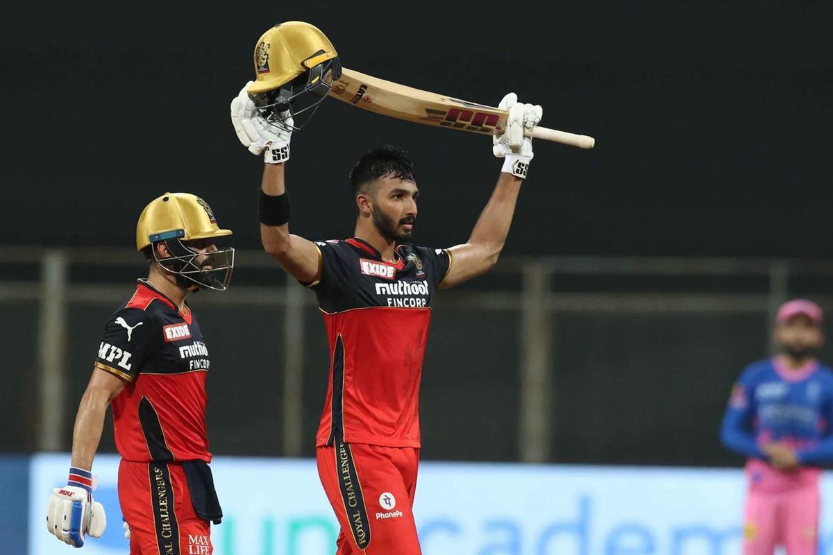 IPL 2021: Sportsmanship At Its Best as Jos Buttler Ties Devdutt Paddikal's Shoe Laces During RCB vs RR Match thumbnail