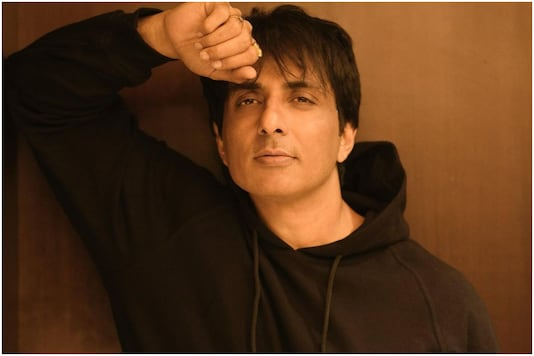 Sonu Sood Shares Video of Incessant Phone Notifications Asking for Help Regarding Covid-19