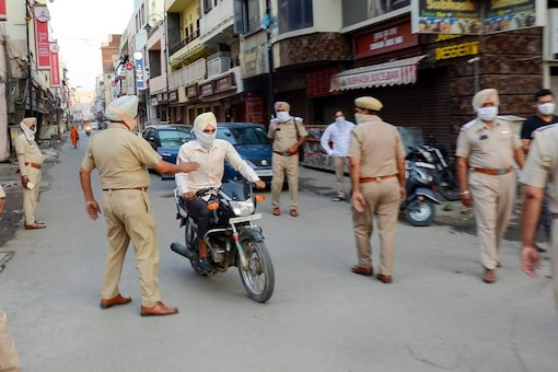 Police personnel stop commuters during Covid-induced lockdown. (File photo/PTI)