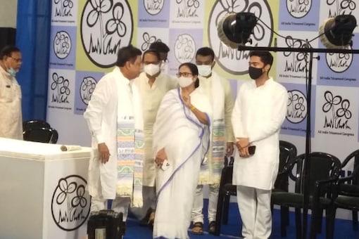 Mamata Banerjee, Mukul Roy and Abhishek Banerjee at the TMC headquarters on June 11. (News18)