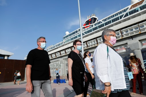 German tourists disembark for sightseeing from the cruise ship 'Mein Schiff 2' of the company TUI Cruises after it was docked at dawn in Malaga port, becoming the first cruise ship carrying tourists to arrive on Spain's mainland since June 2020, amid the coronavirus disease (COVID-19) pandemic, in Malaga, southern Spain, June 15, 2021. REUTERS/Jon Nazca - RC2V0O9JKU0N
