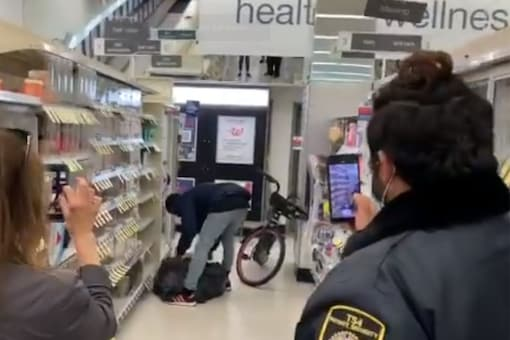 The video shows the suspect putting the bag of items on his bike and leaving when the security guard tries to grab the bag. (Credit: @LyanneMelendez/Twitter)