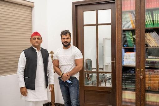 Akhilesh Yadav with Bhojpuri actor and singer Khesari Lal Yadav in Lucknow. (Image: Twitter)