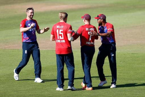 England celebrate their win over Sri Lanka in third T20I. (Twitter)