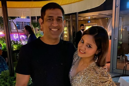 MS Dhoni (left) with his wife Sakshi Dhoni (Pic Credit: IG/sakshisingh_r)