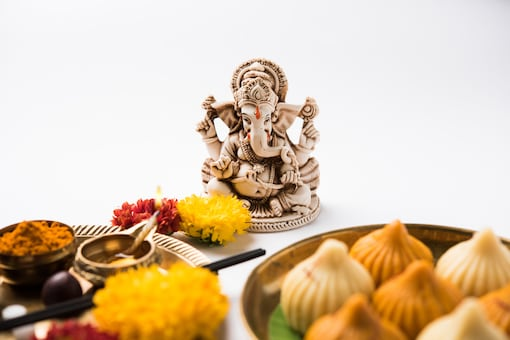 While performing the puja during the shubh muhurat, people light a diya before an idol of lord Ganpati and offer kumkum, chandan, flowers and modaks to him.