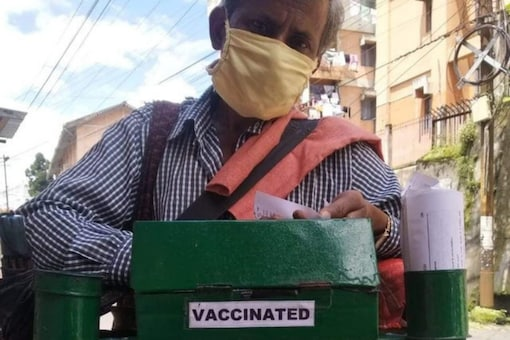A vendor selling chaat with vaccinated tag. (Image Credits: Twitter/@indira_laisram)