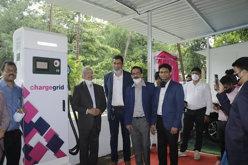India's Largest Public EV Charging Station set up by Magenta being inaugurated by Shri. Subhash Desai, Hon. Minister of Industry and Mining. (Image source: Magenta)