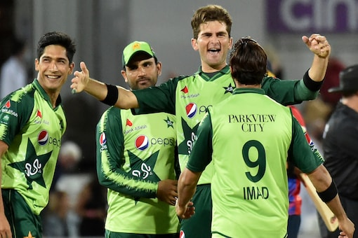 Pakistan beat England in a closely-fought encounter at Trent Bridge.