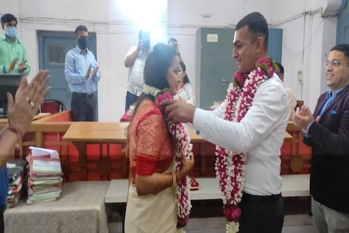 The wedding was attended by the close family members and friends of the couple as they deposited Rs 500 in court for the proceedings. (Credits: Twitter/ANI)