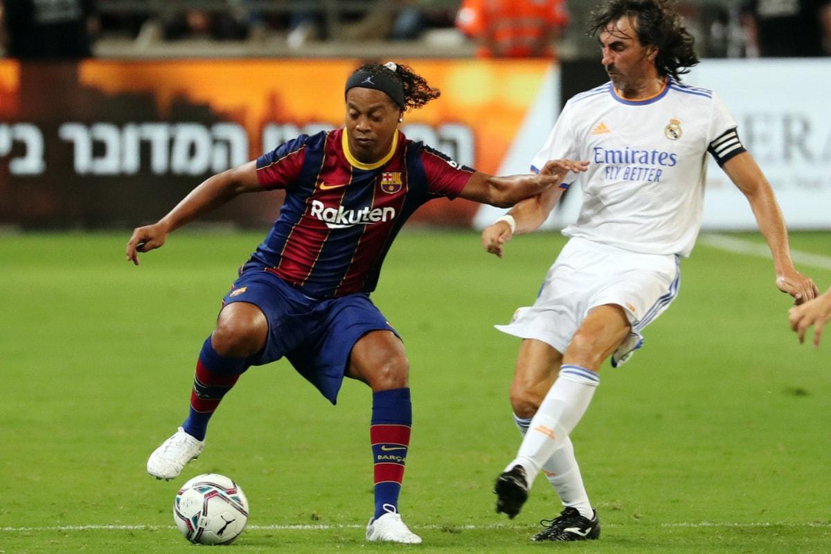 Ronaldinho Rolls Back The Years vs Real Madrid Legends But Barcelona Lose