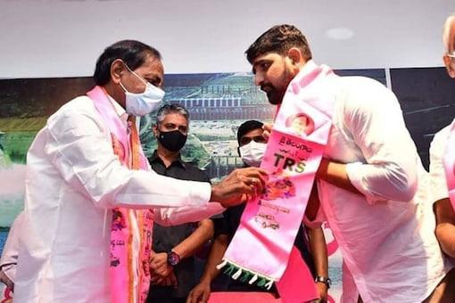 Former Congress leader Kaushik Reddy joins TRS. (Image: News18)