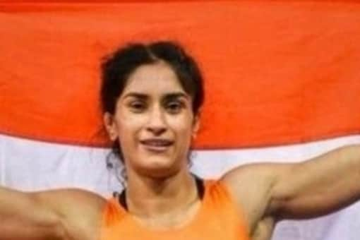 Vinesh Phogat with the Indian flag (Twitter)