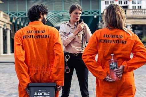 Visitors have to dress up in orange jumpsuits and are locked up in replica jail cells while sipping cocktails. (Credits: Twitter/ Hot Dinners)