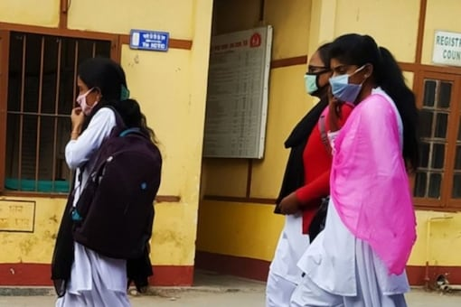 A survey conducted by LocalCircles says 48% parents want their ids to get vaccinated before going to schools (Representative image)