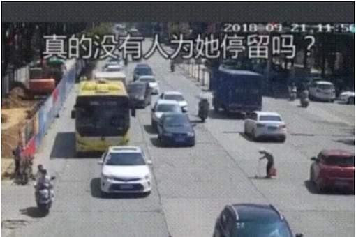 Old man finding it difficult to walk amid the speedy vehicles. ( Credits: Twitter/ Buitengebieden)