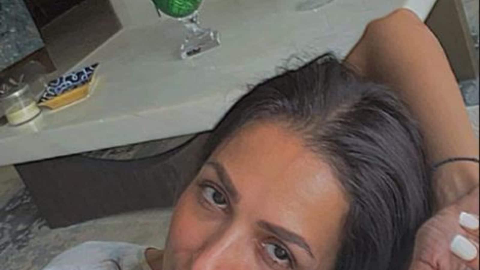 ਮਲਾਇਕਾ ਅਰੋੜਾ ਚਮਕਦਾਰ ਦਿਖਾਈ ਦਿੰਦੀ ਹੈ ਜਦੋਂ ਉਹ ਆਲਸੀ ਦੁਪਹਿਰ ਨੂੰ ਘਰ ਵਿੱਚ ਠੰਕ ਕਰਦੀ ਹੈ