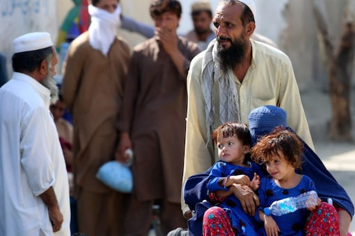 Afghan nationals wait to cross at a border crossing point between Pakistan and Afghanistan. (AP)
