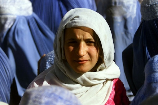 Dozens gathered near Kabul palace on September 3 to protest for upholding women's rights under Taliban's rigid rule. (File photo: REUTERS/Yannis Behrakis)