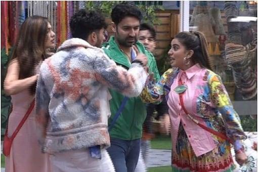 Bigg Boss OTT: Akshara Singh and Zeeshan Khan had an ugly fight over arranging clothes.