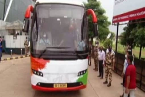 Indian hockey teams were taken from the airport to their hotel in two buses. (News18 Photo)